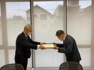 引田学長より名誉教授号が授与されました。