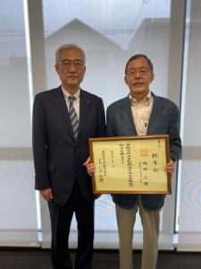 引田弘道学長(左)・向井正視名誉教授(右)